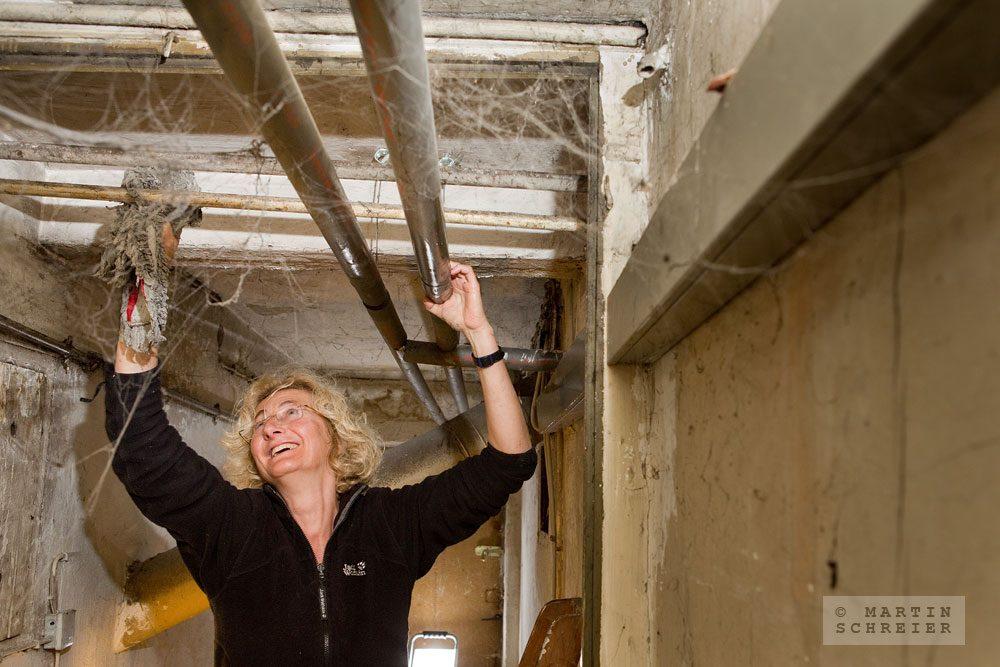 Susa Pöhlmann hilft als Ehrenamtliche bei der Sanierung des Löwen-Ladens mit. Foto: Martin Schreier