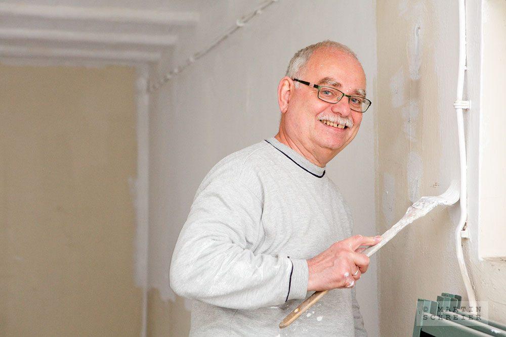 Alfred Brennert hilft als Ehrenamtlicher bei der Sanierung des Löwen-Ladens. Foto: Martin Schreier