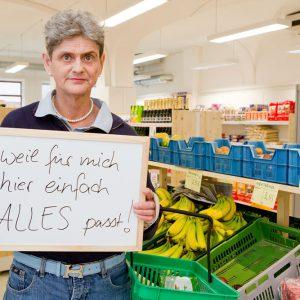 """Cornelia Witte kauft im Löwen-Laden ein, """"weil für mich hier einfach alles passt."""" Tübingen 2015. Foto: Martin Schreier / schreier.co"""